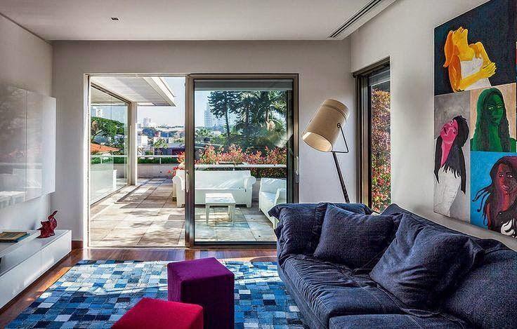 quadros e objetos coloridos na decoração - Revista Casa e Jardim