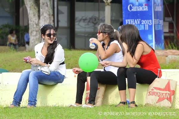 Jóvenes descansando durante su visita a la XXXI Feria Internacional de La Habana, FIHAV 2013,