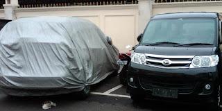 Mobil Rasyid Rajasa di selimuti plastik abu-abu stelah kecelakaan