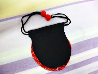 bolsinha de tecido em foma de joaninha e forro em feltro vermelho