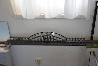 Das Brückenmodul ist das zweite, wirklich fertiggestellte Modul. Die Brücke lässt sich herausnehmen, um durch das dahinterliegende Fenster auf das Dach zu gelangen.