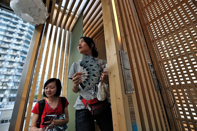Photo of tourists entering the sustainable micro house