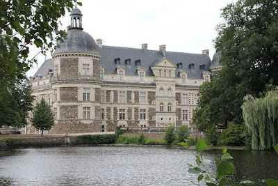 «59 - Serrant Château 2» par Thierry de Villepin — Travail personnel. Sous licence CC BY-SA 3.0 via Wikimedia Commons - http://commons.wikimedia.org/wiki/File:59_-_Serrant_Ch%C3%A2teau_2.jpg#/media/File:59_-_Serrant_Ch%C3%A2teau_2.jpg