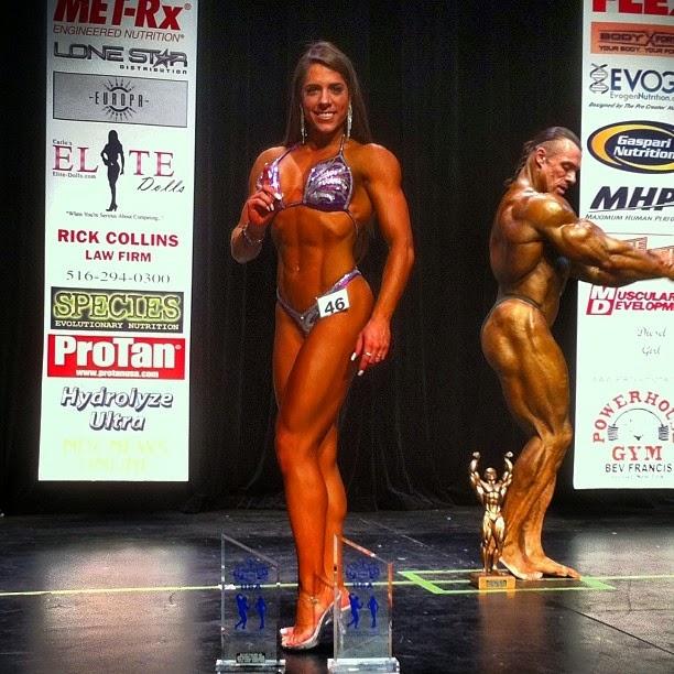 Nathalia Santoro posa para foto com os troféus conquistados na competição