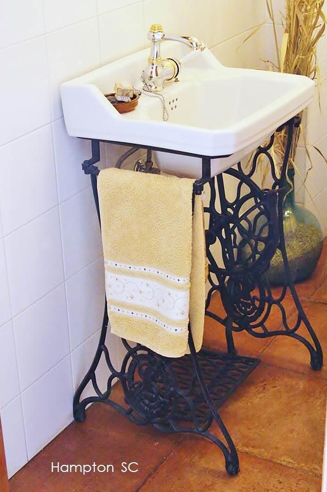 Baños Antiguos Barro:patas de una antigua máquina de coser