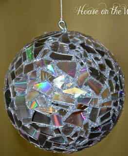 http://www.muyingenioso.com/disco-ball-diy-con-cd-reciclados/