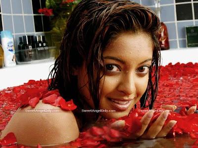 tanushree_dutta_hot_in_red