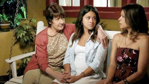 Ivonne Coll, Gina Rodriguez y Andrea Navedo en Jane the Virgin
