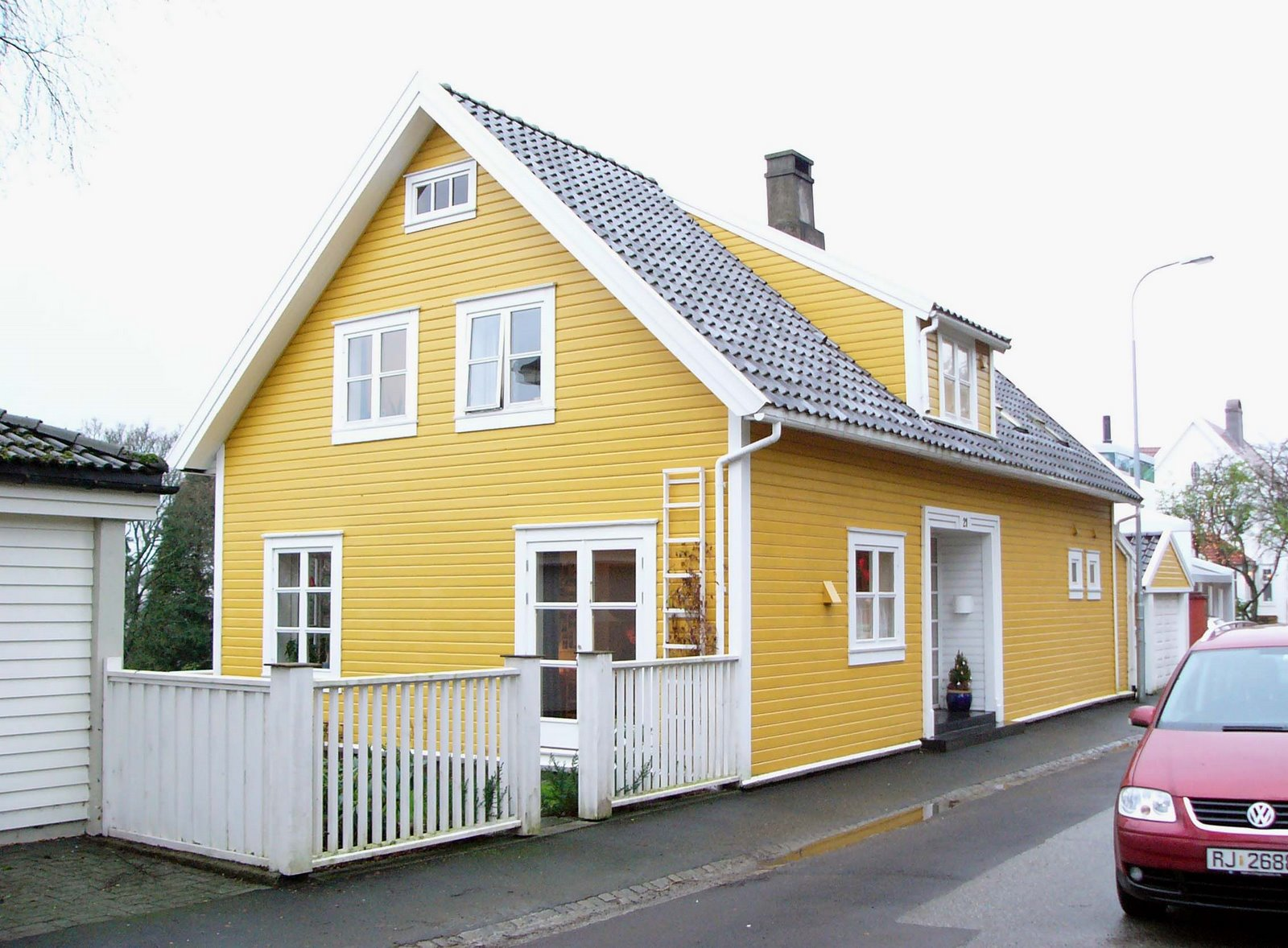 Yellow homes thinking yellow for Exterior paint yellow