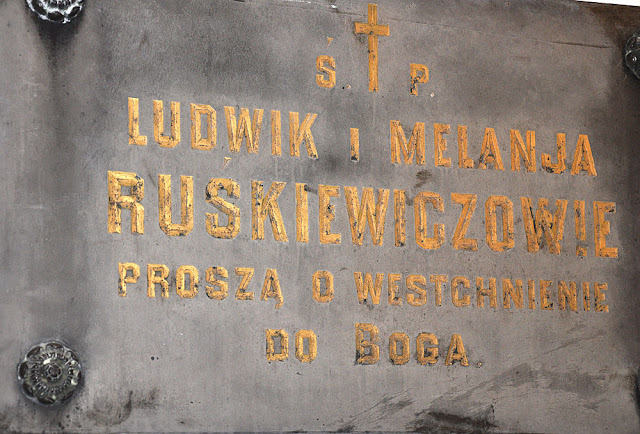 Końskie, kruchta kościoła p.w. św. Mikołaja. Po prawej stronie znajduje się tablica poświęcona rodzicom Tomasza Ruśkiewicza (Ludwik, ok. 1822-1900 Końskie i Melania z d. Machnicka ok. 1831-1900 Końskie).