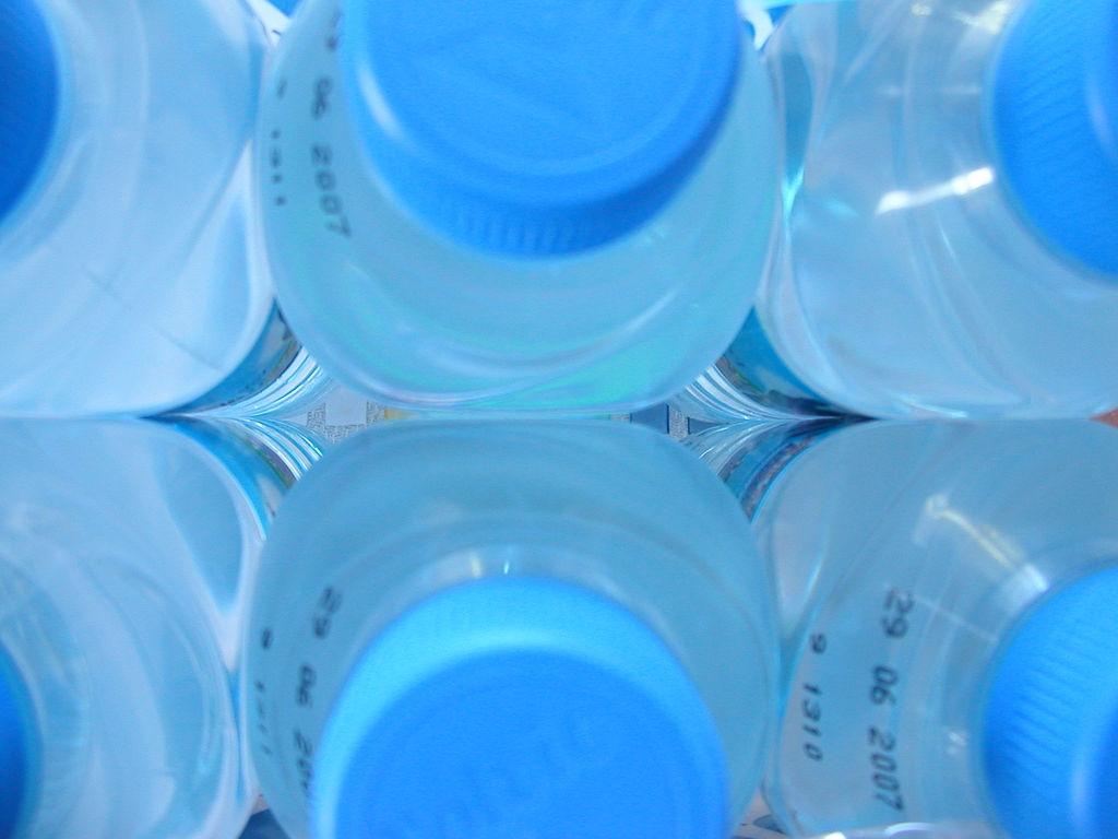 Botellas de agua hechas de plástico