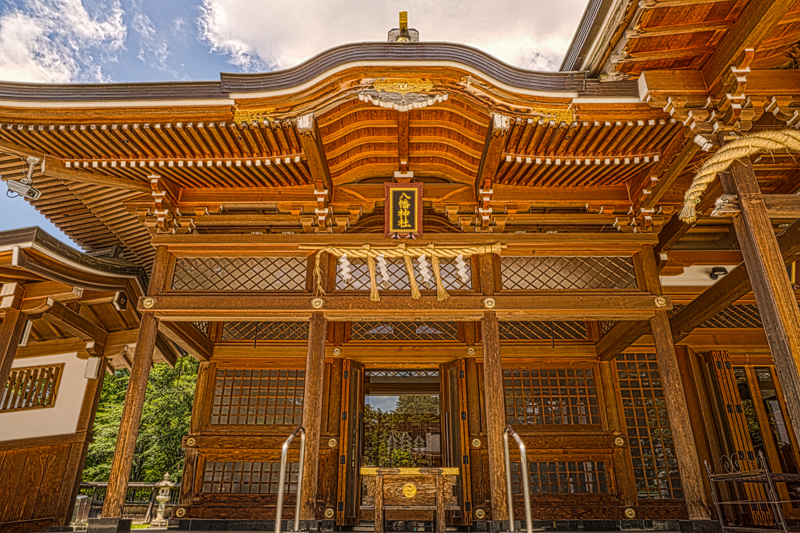 諏訪神社に併設される八幡神社の写真 HDR