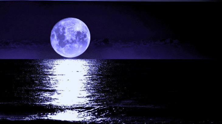 Mar a noite, com a Lua sobre ele, iluminando, refletindo sua luz sobre a superfície das águas