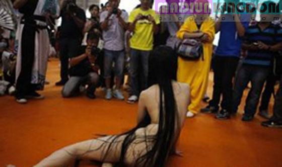 Seorang Gadis Cosplay Tiba-Tiba Berbogel Di Festival Anime Di China