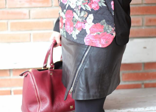 flowersjumpsuit-faldacuero-leatherskirt-look