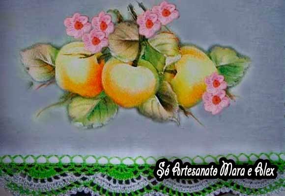Pano de prato com pintura de pêssegos e aplicação de flor de Crochê