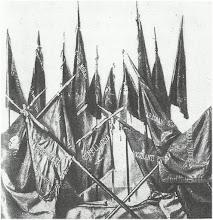 gagliardetti delle squadre di Carrara: su ognuno il nome di un caduto