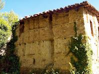 Detall de les parets de tàpia a la façana del sud-oest del mas de la Serra de l'Oro