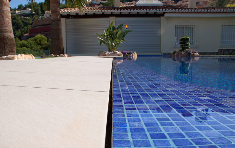 Colores de agua para piscinas lucas gunitec for Fotos de piscinas infinity