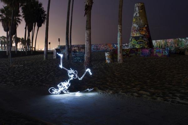 Graffiti de Luz (light graffiti) Desenhos com rastros de luz - Freeze - BBoy