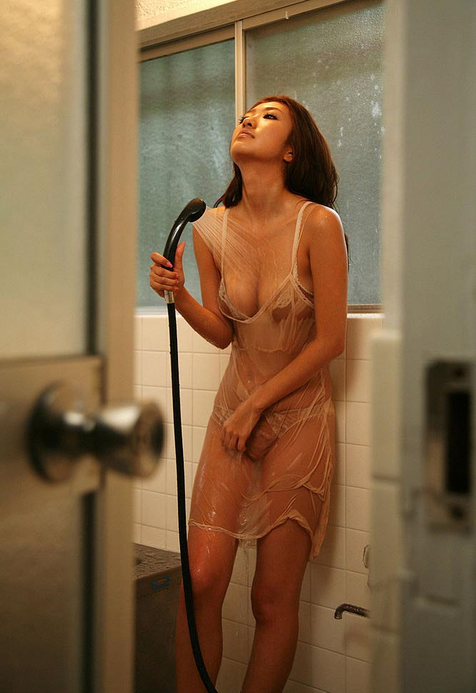 sayaka ando sexy bikini in the bathroom 02