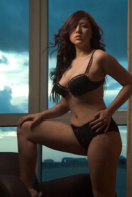 ara-mina-show-pussy-photo-porn-black-girl-bottle-pics