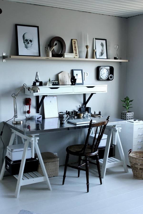 renoverat arbetsrum, bilder före och efter renovering, arbetsrum i grått och vitt, vit parkett, tarkett, epoque ask white pearl, ikea, arbetsbord, skrivbord ikea, print svart och vit, fjäder print, skrivbordslampa silver, rostfri bordsskiva på vita bockar, rostfritt, prints, stämplar, röd gammal telefon, inspiration arbetsrum, inredning arbetsrum, bokstäver på väggen, gamla skyltar, gamla svarta stämplar, svart och vit mugg med text, skrivbordsstol, grå målad vägg i arbetsrummet, grå vägg, svarta och vita detaljer, svart och vit hylla från ikea, svart fräck klocka, em möbler, blockkub, svart och vitt motiv på kub, coolt arbetsrum, svarta och vita tavlor, dödskalle i svartvitt, fjäder i svartvitt, svart hålslagare, kruka med stjärnor, almanacksblad på clipboard, clipboard,