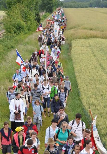 Jovens romeiros indo de Paris rumo a Chartres