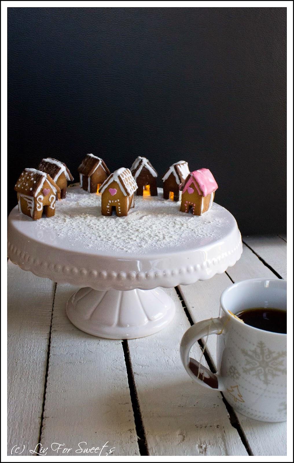 kleine Lebkuchenhäuser für Tassen auf einer Tortenplatte, Teetasse, Rezept, Thermomix, Weihnachten, Kaffeetasse