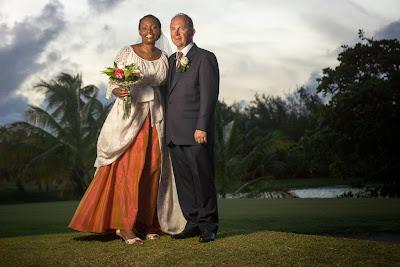 le couple pose au golf de Saint-François, Grande Terre, Guadeloupe