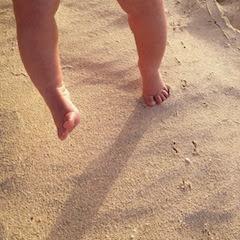 Piedini di Neonato sulla Sabbia