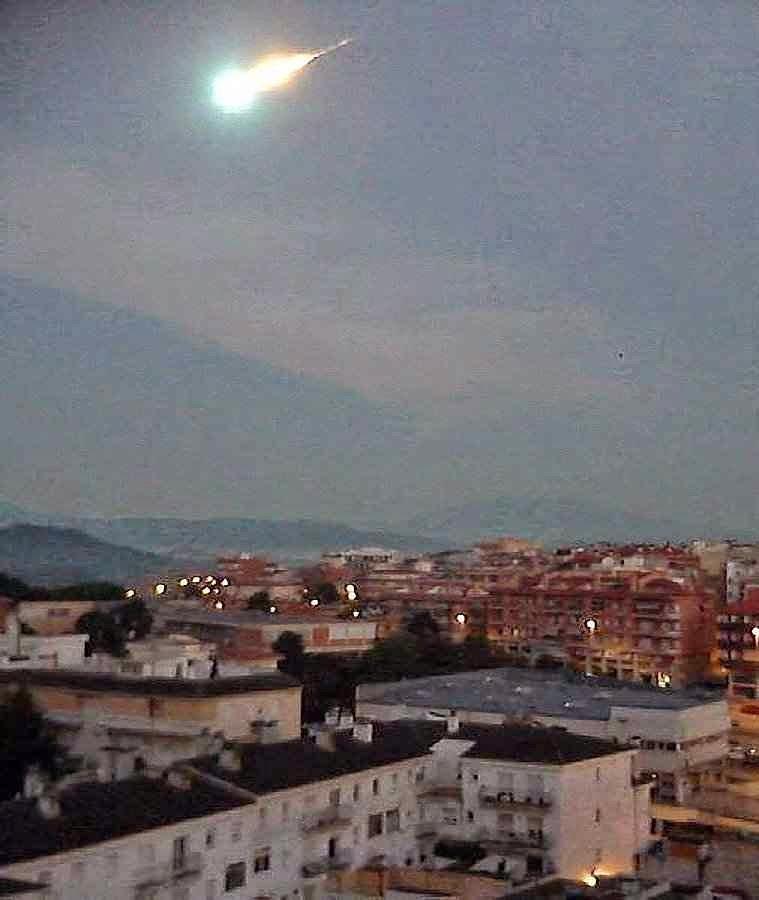 Grande bola de fogo mais brilhante que a Lua atravessou o céu da Espanha. Foto na Catalunha.