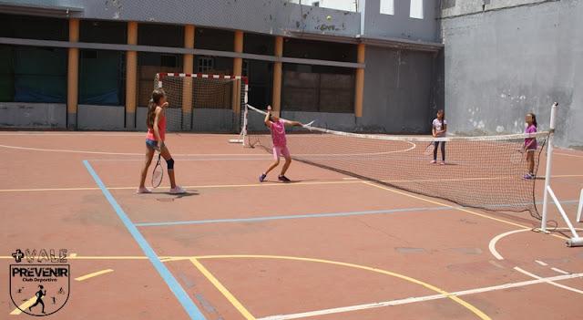 jugar al tenis escuela verano