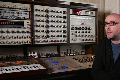 El mastodóntico sintetizador modular EMS Synthi 100 de Jack Dangers de Meat Beat Manifesto según aparece en el documental I Dream Of Wires