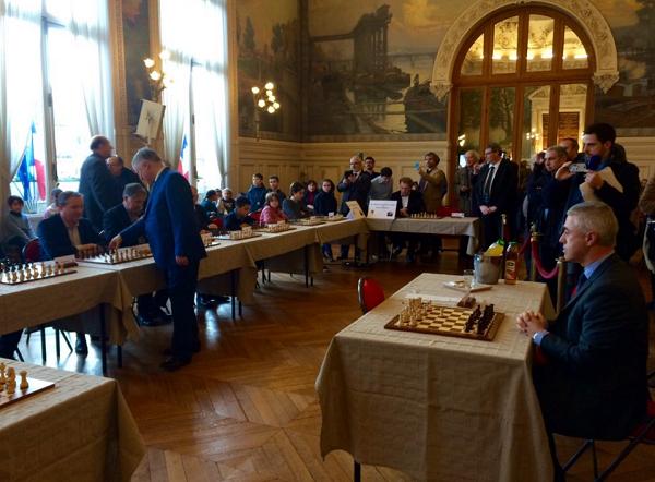 Face à Anatoli Karpov, seuls 3 adversaires ont fait 3 matchs nuls et notamment le maire d'Asnières-sur-Seine, Manuel Aeschlimann © Chess & Strategy