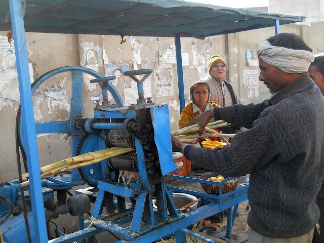 Приготовление сока сахарного тростника в Индии