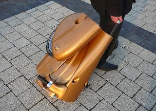 Diseño de moto creativa que se transforma en maleta