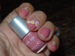 manicura rosa con margaritas