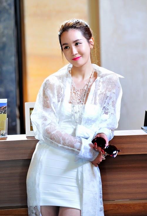 Lee Da-Hae as Ah Mo-Ne