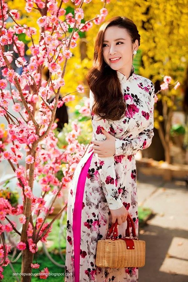 Angela Phương Trinh dạo phố xuân cùng bạn nhảy 9
