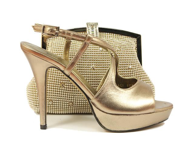 zapatos y bolsos tono oro Nuria Cobo