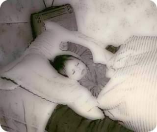 Ich im Alter von 2 Jahren, schlafend im Bett unserer Untermieterin.