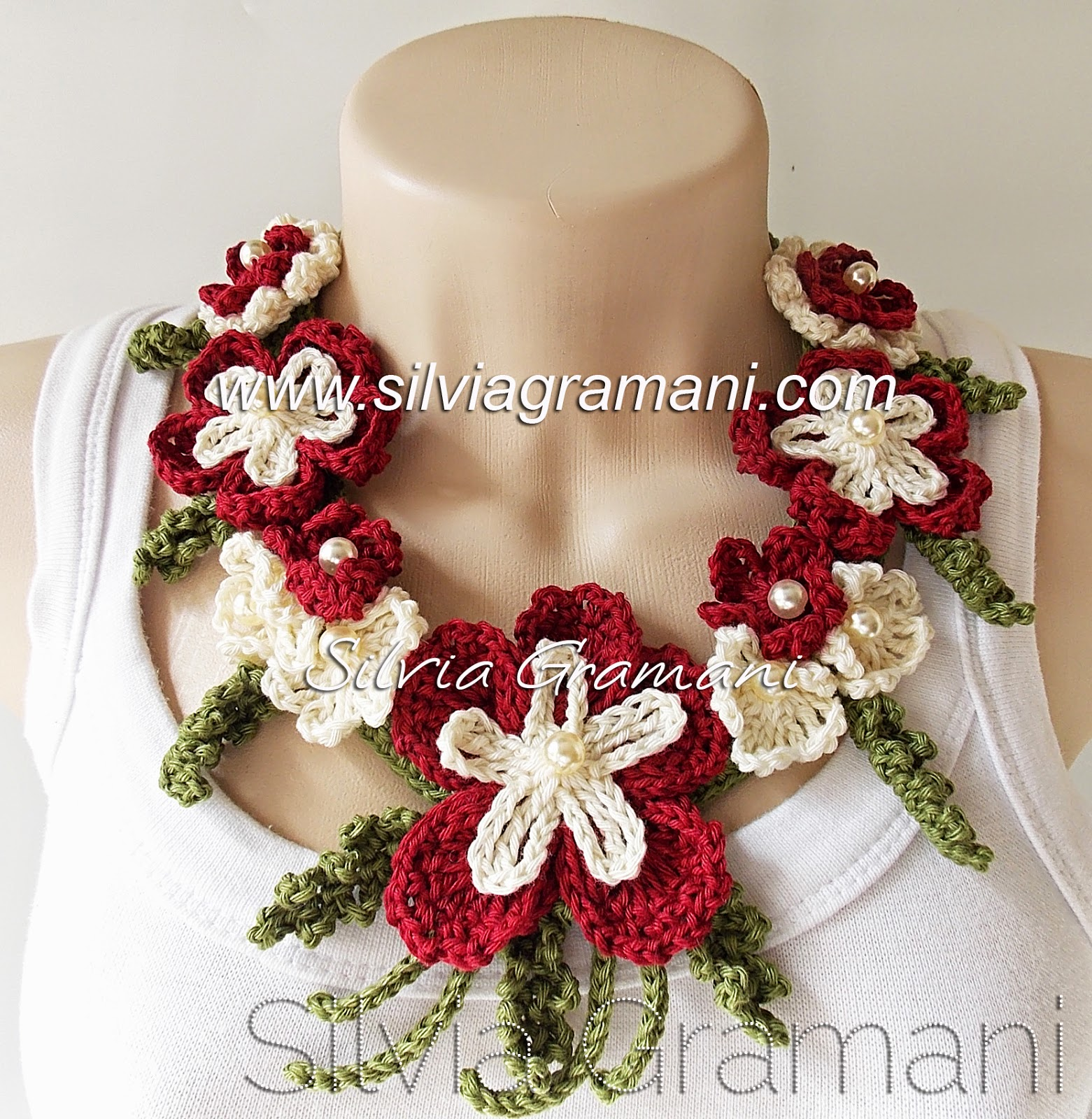 Colar de Flores de Crochê