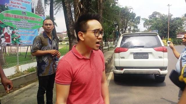 Pemuda Tionghoa Ini Sok Jago Kali BAH ! Anggar Beking Polisi Usai Tabrak Pengendara Sepeda Motor