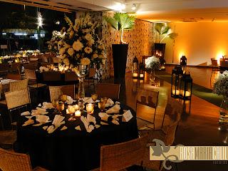 móveis de madeira e fibra, arranjo floral branco, toalhas preta, velas, decoração casamento