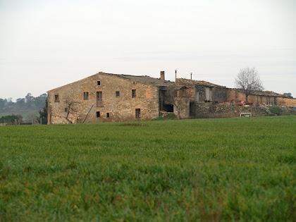 El mas de Torroella de Dalt des del Camí Vell d'Artés