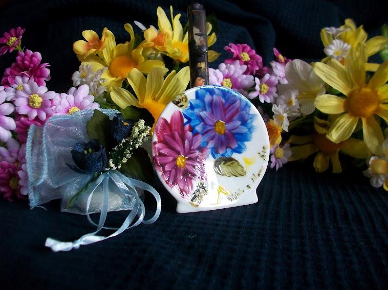 Bomboniera: in porcellana portapenne decorato con tema floreale 7€ con dedica 9€