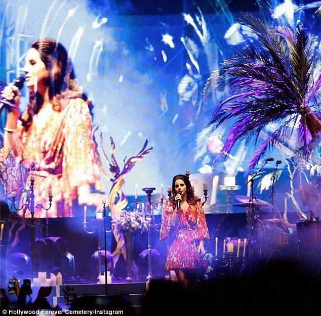 المغنية الأمريكية لانا ديل ري تدخن على المسرح خلال حفلتها في لوس انجلوس