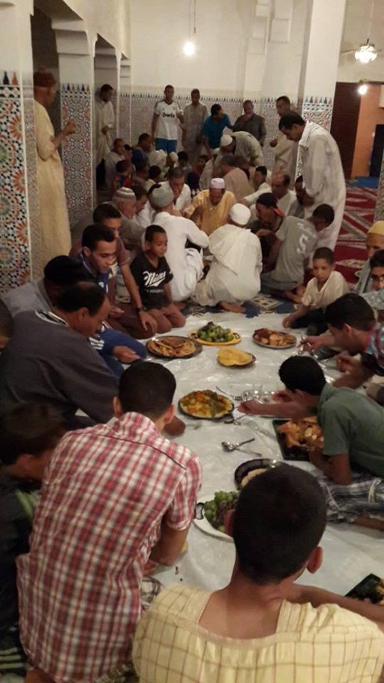نظمت جمعية تيفاوت بتمشى افطارا جماعيا حضرته ساكنة الدوار بجميع فئاته