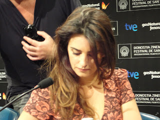 Penélope Cruz compaginando las tareas de firmar autógrafos e ignorarme - Rueda de prensa de Venuto al mondo